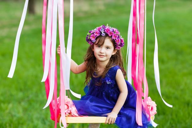 Маленькая девочка на качелях, маленькая девочка в парке