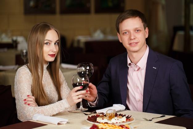 Пара тостов рюмки в роскошном ресторане.
