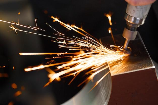 ダイヤモンドチップ研磨金属部品でドリル。
