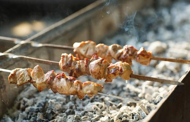 Приготовление мяса на огне.