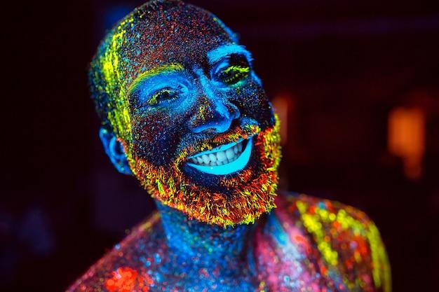 ひげを生やした男の肖像画は蛍光粉で描かれています。