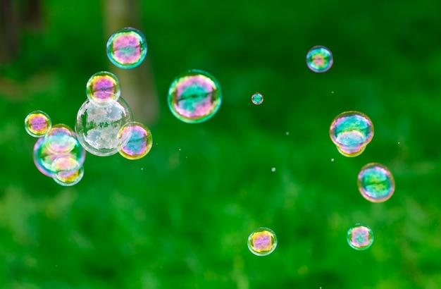 Мыльные пузыри, естественный фон