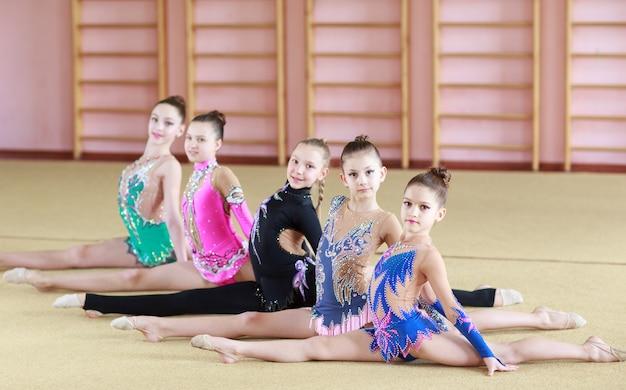 Молодые девушки занимаются гимнастикой.