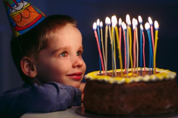 お誕生日。小さな男の子がストロークでキャンドルを吹き消します。