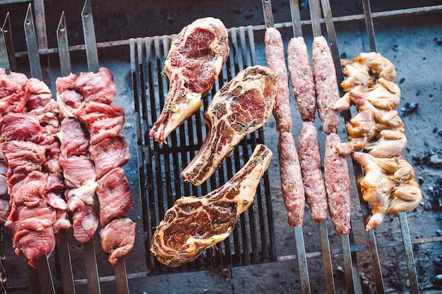 レストランのグリッドにある漬物の大きな部分。ミックス焼き肉。