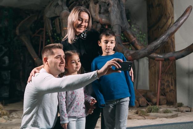 Семья делает селфи в музее