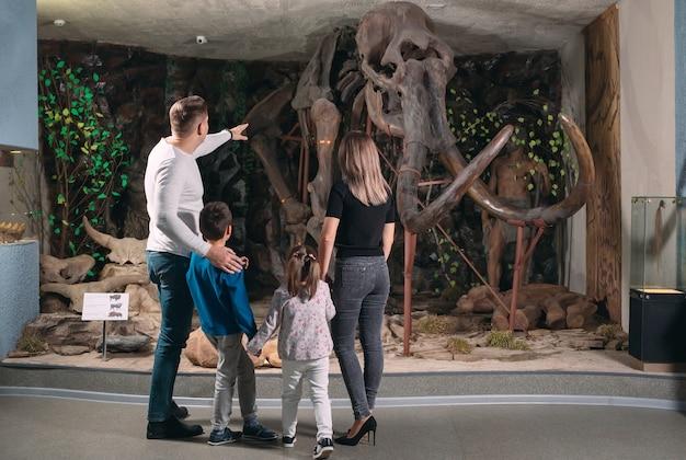 Семья в музее