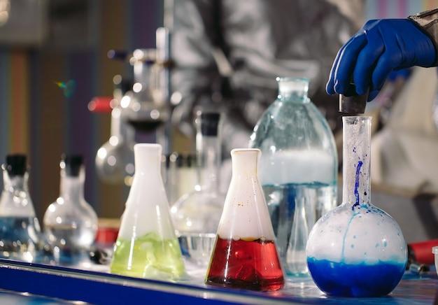 Химики делают науку в лаборатории