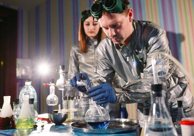 Эксперименты в химической лаборатории