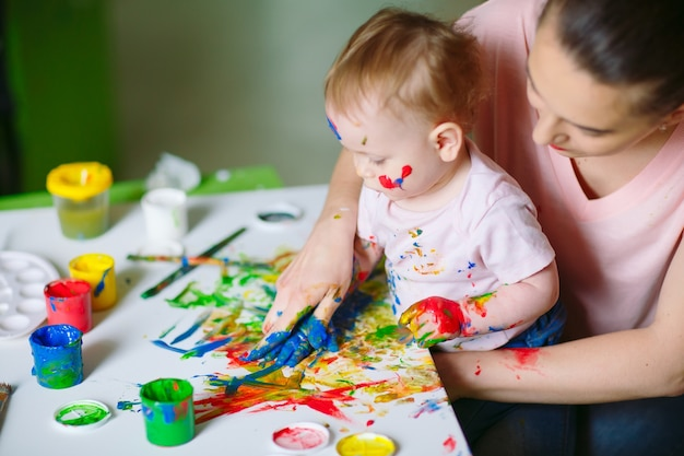 Мама и дочка рисуют на холсте в рисовальной школе