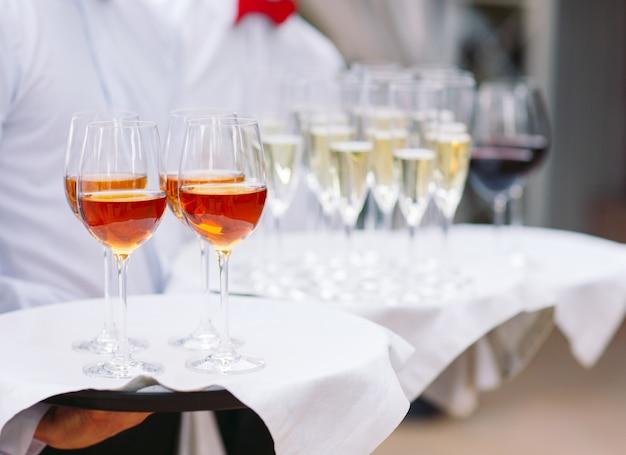 ウェイターはアルコール飲料を提供し続けます。