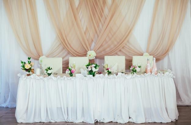 レストランでの結婚式のテーブルデコレーション。