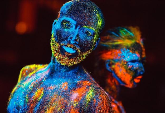 蛍光粉で描かれた恋人たちの肖像