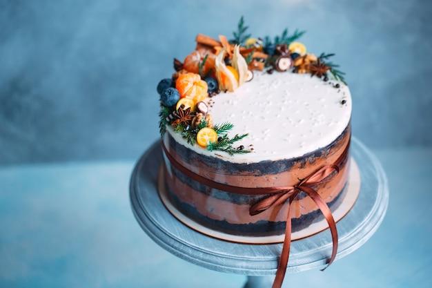果物で飾られた裸のケーキ。