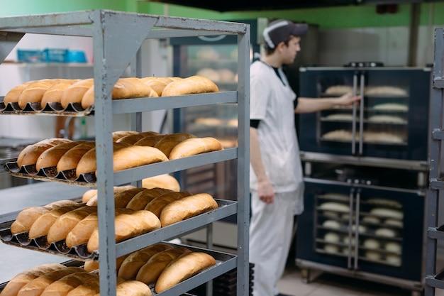 パン屋でおいしいパンを焼く。