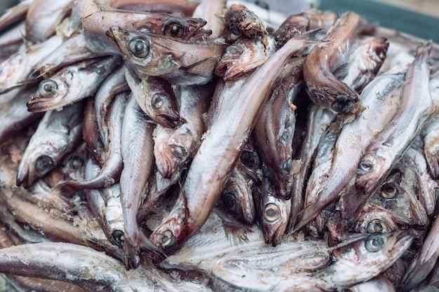 市場で腐った魚。