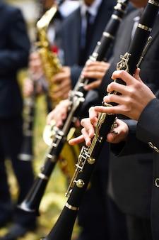クラリネットを演奏するミュージシャンのグループ。