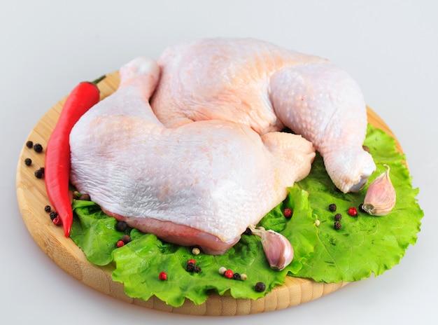 白い背景の上の鶏の生足