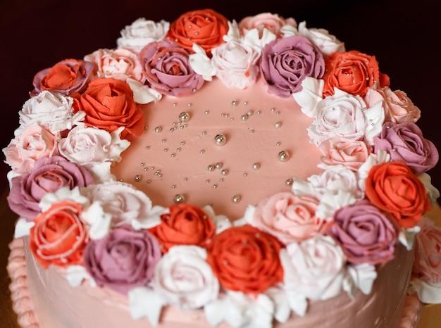 День рождения торт с красными розами.