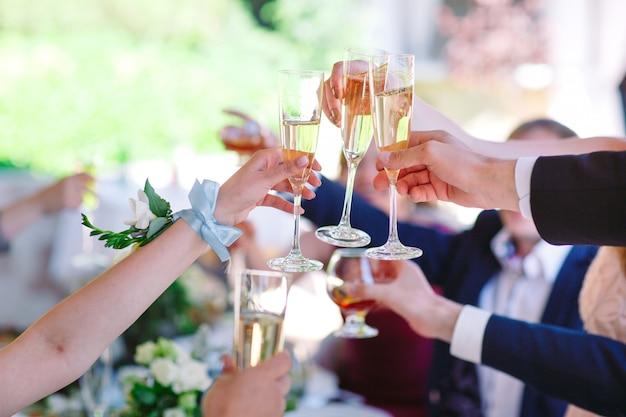 両手メガネと乾杯、幸せなお祭りの瞬間。