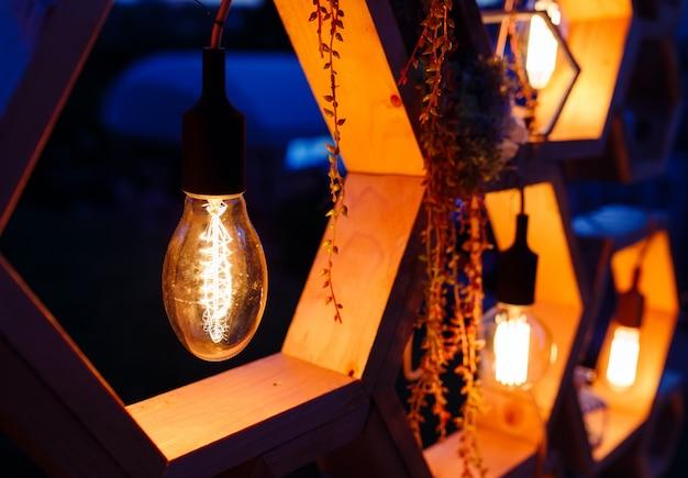 式典での結婚式のアーチ。クローズアップ電球、エジソンの装飾的な要素。