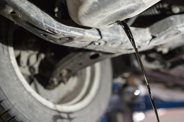 車の古いエンジンオイルを交換する