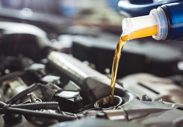 自動車のエンジンに注ぐモーターオイル。
