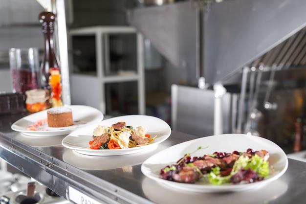 Распределительный стол на кухне ресторана.