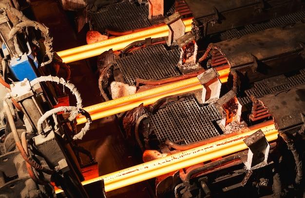 Непрерывная разливка горячей заготовки (блюма), также называемая пряди литья
