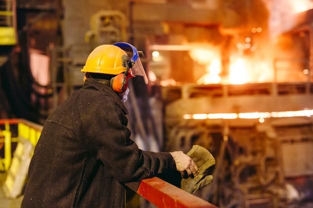 Промышленный рабочий на заводе сварки крупным планом