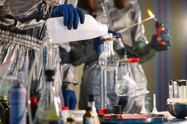 Опыты в химической лаборатории. проведение эксперимента в лаборатории.