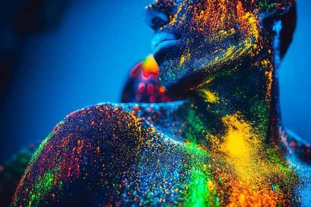 人々は蛍光粉で着色されています。ディスコで踊る恋人たちのペア。