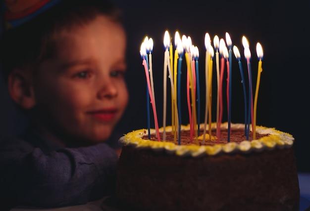 お誕生日。小さな男の子は、ストロークでろうそくを吹きます。