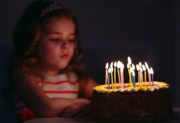 Портрет маленькой красивой девушки с тортом ко дню рождения