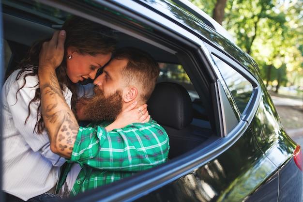 カップルは車の中で愛を作ります。