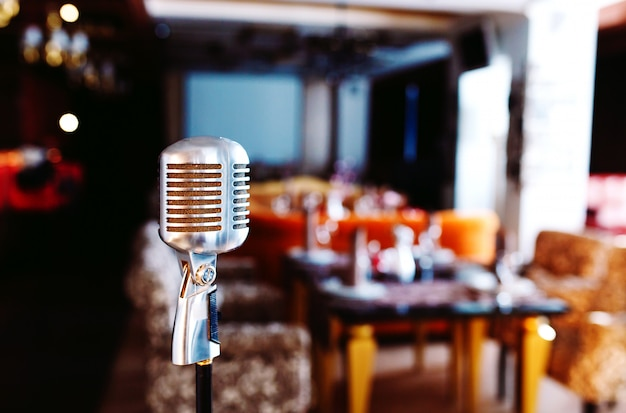Ретро караоке микрофон на фоне ресторана.