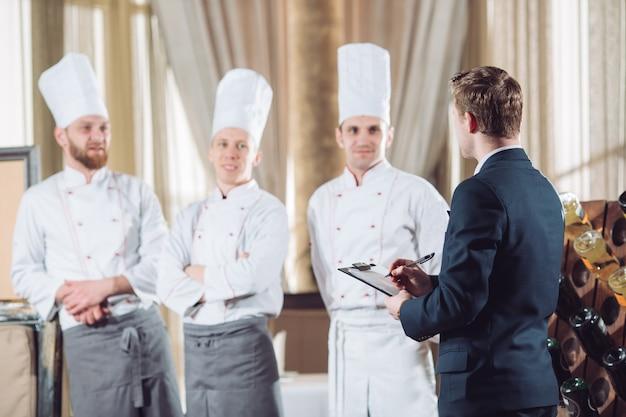 レストランのマネージャーと彼のスタッフのキッチン。