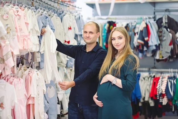 赤ちゃんの買い物夫と妊娠中の女性。