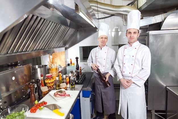 シェフはレストランのキッチンで料理を準備します。