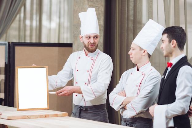 Шеф-повар и его сотрудники на кухне.