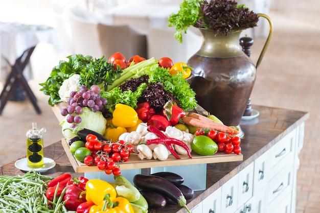 テーブルの上の野菜がたくさん。