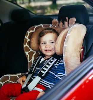 安全車の座席でかわいい男の子。