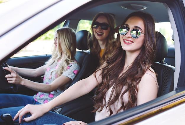 Три молодые подружки едут в машине