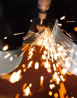 ダイヤモンドチップ研磨金属部品とドリルします。火花