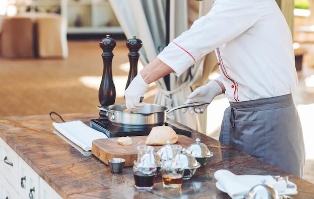 調理する前にレストランで木の板にガチョウの肝臓。