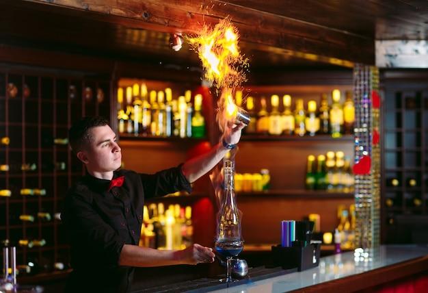 Бармен делает горячий коктейль.