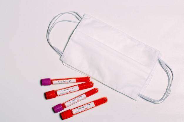 コロナウイルスのワクチン。試験管内のコロナウイルスの陽性血液検査。
