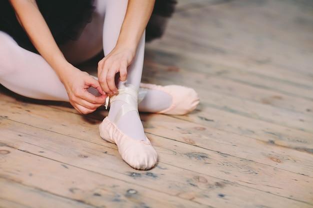 Смотреть фото молодая балерина в черном платье.