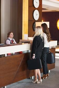 ホテルのフロントでのミーティング