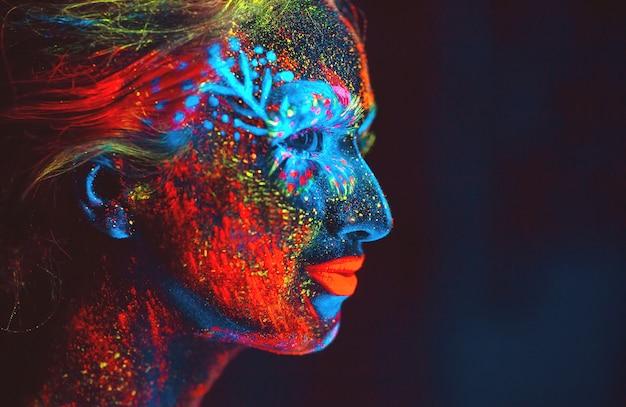 蛍光パウダーで描かれた少女の肖像画。